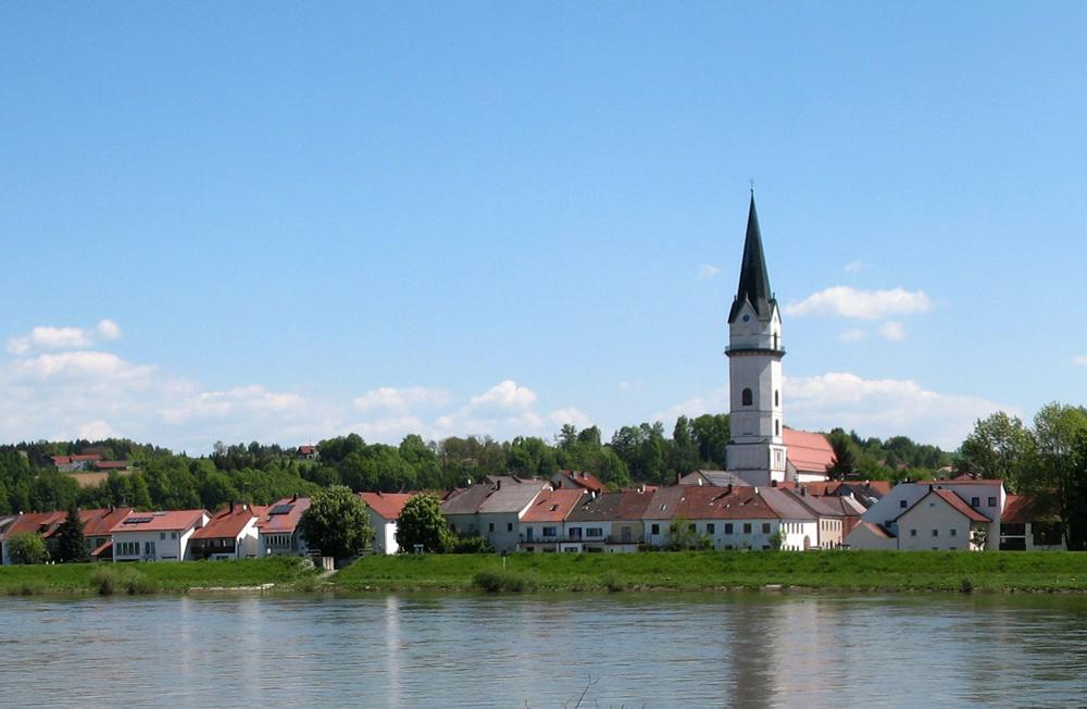 Das Wahrzeichen der idyllischen Donaugemeinde Hofkirchen ist der Kirchturm