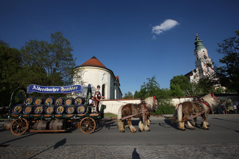 Biergespann beim Auszug vor der Kirche